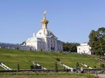 PETERHOF, РОССИЯ - 22-ОЕ АВГУСТА 2015: Фото корпуса штемпеля грандиозного дворца ( Стоковые Фото