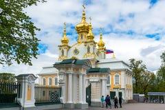 Peterhof, Россия - 3-ье июня 2017 Церковь дворца St Peter и Пола Стоковая Фотография
