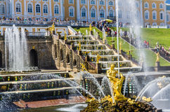 森山喷泉和大小瀑布在Peterhof,俄罗斯 库存照片