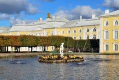 Peterhof. De vierkante vijver van het Oosten royalty-vrije stock afbeelding