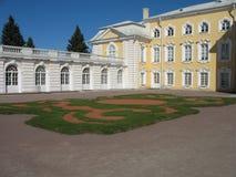 Peterhof den Gгаnd slotten Arkivfoto