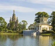 Peterhof domkyrka av St Peter och St Paul och slott av prinen Royaltyfria Foton