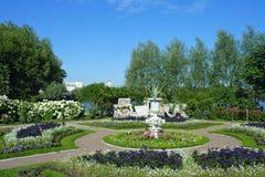 Peterhof, een bloembed bij op het eiland van de Tsarina Stock Foto's