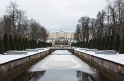 Peterhof - el conjunto más asombroso del palacio y del parque del worl fotografía de archivo libre de regalías