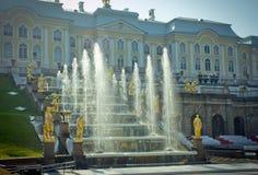 peterhof för slott för kaskadspringbrunnar storslagen Royaltyfri Bild
