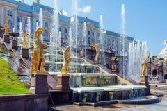 peterhof för slott för kaskadspringbrunnar storslagen Royaltyfria Bilder