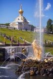 peterhof för slott för kaskadspringbrunnar storslagen Arkivfoton