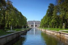 peterhof för slott för kaskadspringbrunnar trädgårds- storslagen Royaltyfri Foto