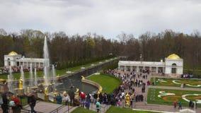 Peterhof fontanny i pa?ac widok odwiedza w ?wi?tobliwym Petersburg tury?ci i, Rosja zdjęcie wideo