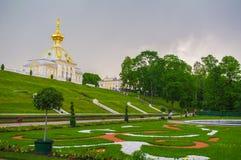 PETERHOF, HEILIGE PETERSBURG, RUSLAND - JUNI 06, 2014: het Hogere Parkpaleis werd omvat in de Unesco-Lijst van de Werelderfenis Stock Foto