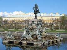 Peterhof, Hogere tuin, de Fontein van Neptunus Stock Afbeelding
