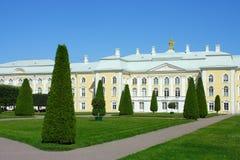 Peterhof, il giardino superiore ed il grande palazzo Fotografie Stock Libere da Diritti