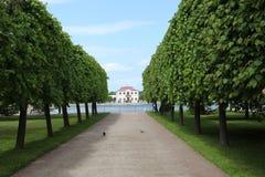 Peterhof. L'avenue au palais Marley. Images libres de droits
