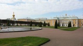 Peterhof, la parte occidental y central del palacio magnífico Visión desde jardines superiores Fotos de archivo libres de regalías