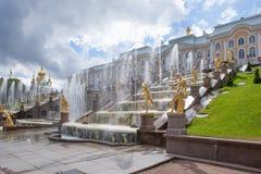 Peterhof-Museum-Reserve, berühmte Kaskade von Brunnen fnd goldenen Skulpturen nahe dem Peterhof-Palast Lizenzfreie Stockfotos