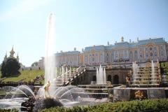 Peterhof (Peter Hof/Tuin) is een reeks paleizen en tuinen, op de orden van Peter Groot wordt opgemaakt, en soms genoemd Russisch  Royalty-vrije Stock Afbeeldingen