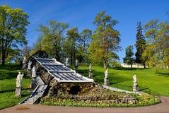 Peterhof. Primavera nel parco immagine stock
