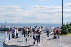 PETERHOF, RÚSSIA - 1º DE JULHO DE 2011: Os turistas que navegaram a Petergof no navio estão no cais foto de stock