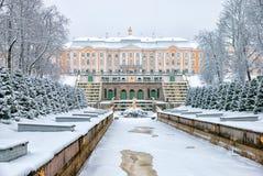 Peterhof Rússia A cascata e o palácio grandes Imagens de Stock