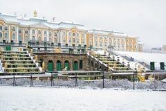 Peterhof Rússia A cascata e o palácio grandes fotos de stock royalty free