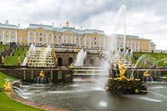 Peterhof, Rússia - 3 de junho 2017 Vista da grande fonte da cascata em Peterhof fotografia de stock