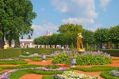 Peterhof Rússia Jardim de Monplaisir fotografia de stock