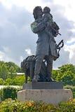 Peterhof, Rússia Pyotr eu guardo um monumento nas mãos do rei Louis XV Fotos de Stock Royalty Free