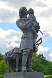 Peterhof, Rússia Pyotr eu guardo um monumento nas mãos do rei Louis XV Foto de Stock Royalty Free