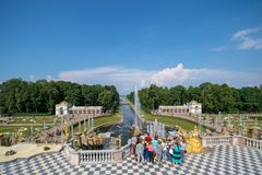 PETERHOF, R?SSIA, cascata grande em Pertergof, St Petersburg os conjuntos os maiores da fonte no mundo, compreendendo fotografia de stock royalty free
