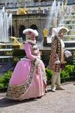 Peterhof Rosja, Czerwiec, - 03 2017 Costumed aktorzy pod starymi królewskimi osobistościami Obraz Royalty Free