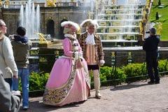 Peterhof Rosja, Czerwiec, - 03 2017 Costumed aktorzy pod starymi królewskimi osobistościami Obraz Stock