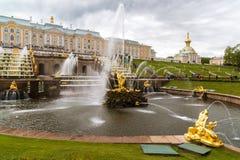 Peterhof Rosja, Czerwiec, - 03 2017 Widok ampuły kaskady fontanna w Peterhof Zdjęcie Stock