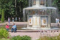peterhof Rosja Ludzie blisko Romańskiej fontanny Fotografia Royalty Free