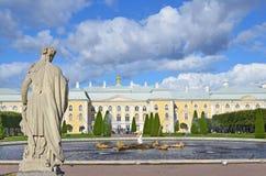 PETERHOF, ROSJA, WRZESIEŃ, 06, 2012 Rosyjska scena: ludzie chodzi blisko pałac i fontann w wierzchu parku Peterhof Zdjęcie Royalty Free