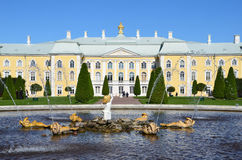 PETERHOF, ROSJA, WRZESIEŃ, 06, 2012 Rosyjska scena: ludzie chodzi blisko pałac i fontann w wierzchu parku Peterhof Fotografia Stock
