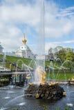 PETERHOF, RUSIA - 10 DE MAYO DE 2015: Vista icónica del palacio de Peterhof en St Petersburg Fotos de archivo