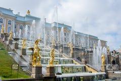 PETERHOF, RUSIA - 10 DE MAYO DE 2015: Vista icónica del palacio de Peterhof en St Petersburg Imágenes de archivo libres de regalías