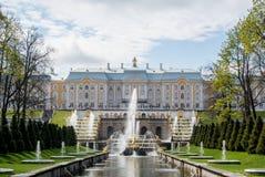 PETERHOF, RUSIA - 10 DE MAYO DE 2015: Vista icónica del palacio de Peterhof en St Petersburg Imagen de archivo