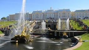 Peterhof, Rusia, el palacio y cascada magnífica de la fuente, alrededores del rey de St Petersburg almacen de video