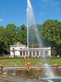 Peterhof, Rusia Fuente de Samson y la columnata de Voronikhinsky Imágenes de archivo libres de regalías