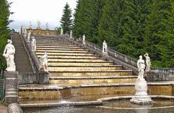 Peterhof, Rusia La cascada de la montaña del oro en el parque del Marli Imagen de archivo libre de regalías