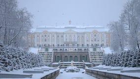 Peterhof Rusia La cascada y el palacio magníficos almacen de metraje de vídeo