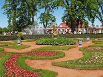 Peterhof, Rusia La fuente de Bell en el jardín de Monplezirsky Fotos de archivo