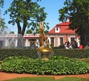 Peterhof, Rusia La fuente de Bell en el jardín de Monplezirsky Imagen de archivo