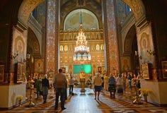 Peterhof, Rusia Los creyentes se colocan en el culto en catedral del santo Pyotr y de Pavel Foto de archivo
