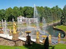 Peterhof, Rusia Una vista de la cascada grande y la columnata de Voronikhinsky en Nizhny parquean Fotos de archivo libres de regalías