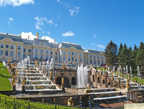 Peterhof, Rusia Vista de la cascada y del palacio grandes Foto de archivo libre de regalías