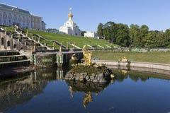 PETERHOF, RUSLAND - AUGUSTUS 22, 2015: Foto van Fontein stock fotografie