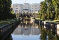 PETERHOF, RUSLAND - AUGUSTUS 22, 2015: Foto van Mening van de fontein Royalty-vrije Stock Fotografie