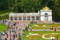 Peterhof, Rusland Een mening van de Voronikhinsky-colonnade en het Grote bloembed Stock Afbeeldingen